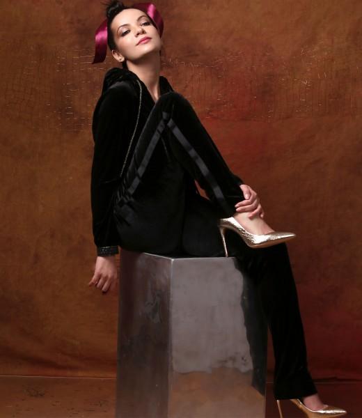 Tinuta eleganta cu pantaloni si hanorac din catifea elastica neagra