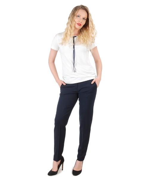 Pantaloni din stofa elastica cu bluza cu funda pe decolteu