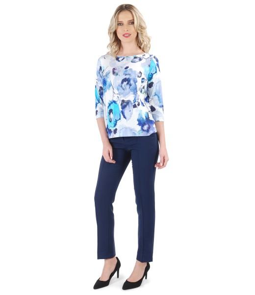 Tinuta casual cu pantaloni din stofa elastica si bluza imprimata cu motive florale