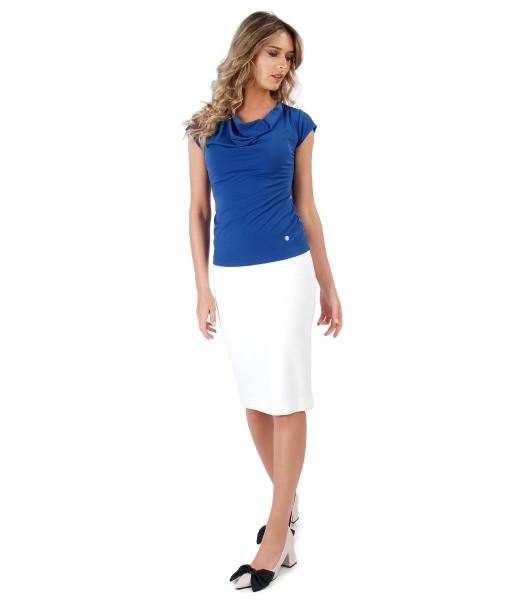 Fusta office din stofa elastica alba si bluza cu decolteu in falduri